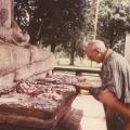 65_19-reinhard-opfert-bl252ten-an-der-samadi-buddha-statue.jpg