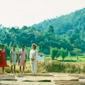 74_01-shanti-mit-dorfm228dchen-vor-dem-rock-hill.jpg